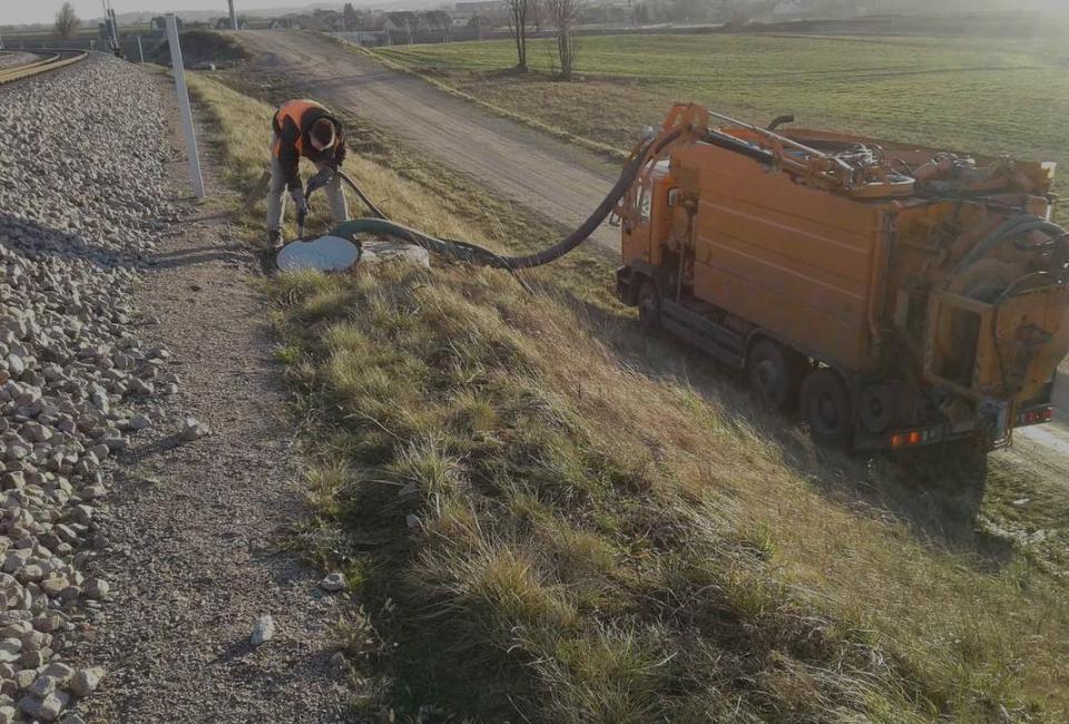 Pracownik przy ciężarówce